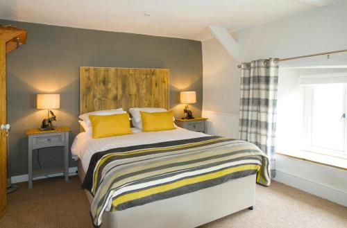 A bed or beds in a room at Hunters Lodge Inn