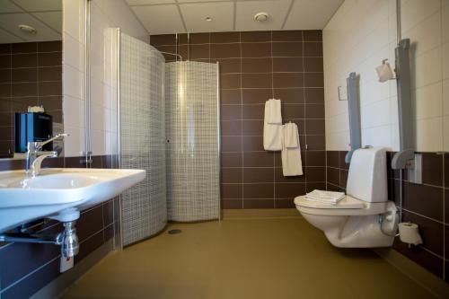 A bathroom at Hotell Årstaviken