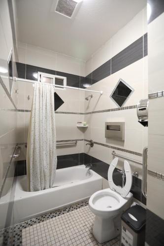A bathroom at Oak Hotel