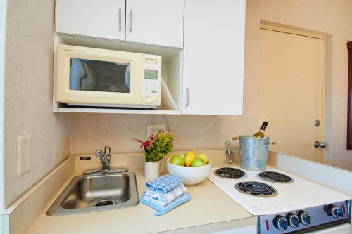 A kitchen or kitchenette at The Bay Resort