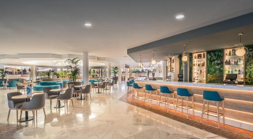 De lounge of bar bij Barceló Corralejo Bay - Adults Only