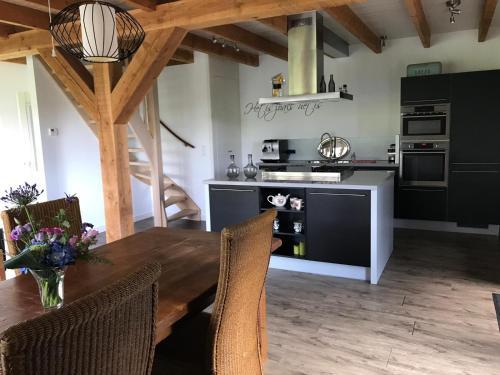 A kitchen or kitchenette at De Hooiberg