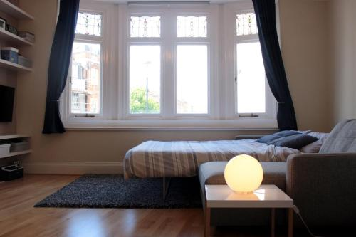 A bed or beds in a room at Main Street Corner Great 1bedroom Flat - Richmond