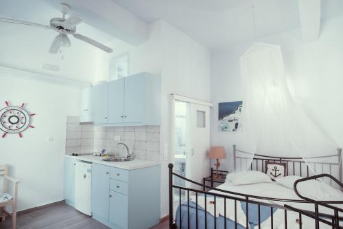 A kitchen or kitchenette at Studio Lefaki