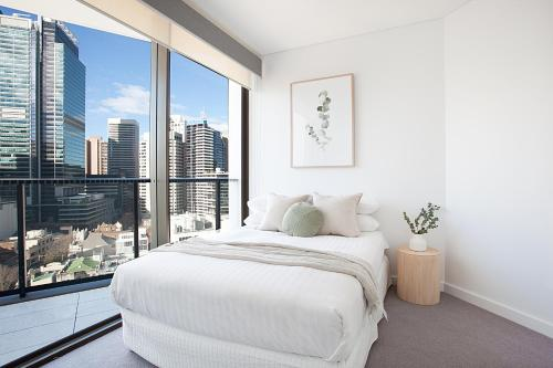 A bed or beds in a room at Luxury High-Rise With Breathtaking View