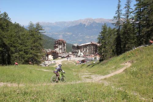 Vélo sur le terrain de l'établissement Hôtel Les Écrins ou dans les environs