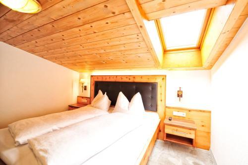 Ein Bett oder Betten in einem Zimmer der Unterkunft Alpenhof Pitztal