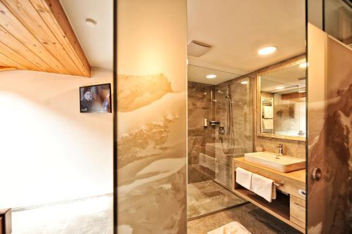 Ein Badezimmer in der Unterkunft Alpenhof Pitztal