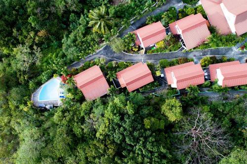 Vue panoramique sur l'établissement Anoli Lodges Village
