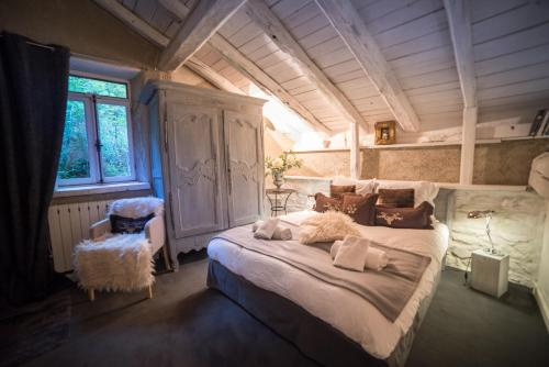 A bed or beds in a room at La Ferme d'Angele