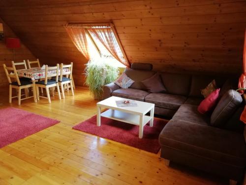 Ein Sitzbereich in der Unterkunft Ferienwohnung Götz