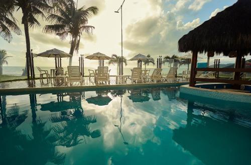 A piscina localizada em Elegance Coberturas Vip Beira Mar ou nos arredores