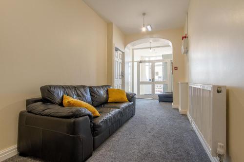 A seating area at Granada Apartments