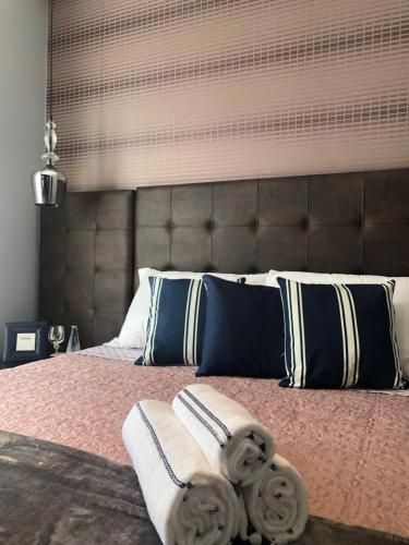 A bed or beds in a room at Loft Luxo centro de Gramado