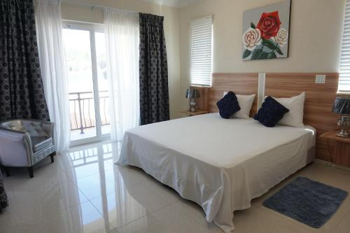 A bed or beds in a room at Room with ensuite and private kitchen Higher Heights, Barbados