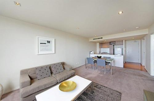 A seating area at Wyndel Apartments North Sydney - Harbour Watch