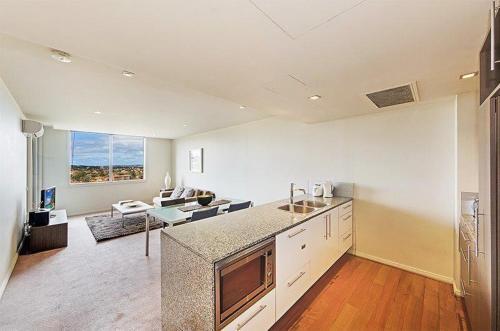 A kitchen or kitchenette at Wyndel Apartments North Sydney - Harbour Watch