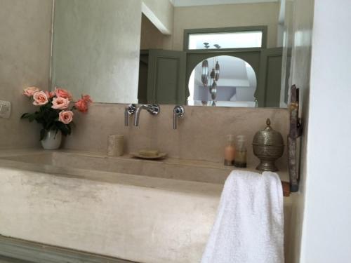 A bathroom at Riad Timila
