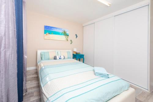 A bed or beds in a room at La Casa Apartments and Cabin