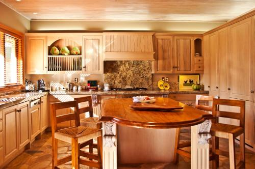 A kitchen or kitchenette at Treetops Lodge & Estate