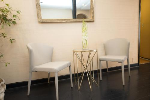 A seating area at Wilshire Crest Hotel