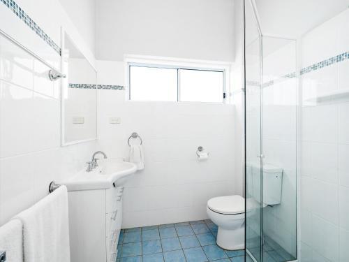 A bathroom at Myley's Flat