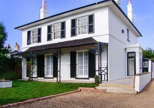 Bury Villa - 7 bedrooms sleeping 19 guests