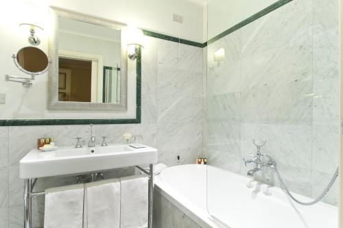 A bathroom at Donna Camilla Savelli