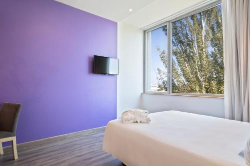 A bed or beds in a room at Tryp Barcelona Aeropuerto Hotel