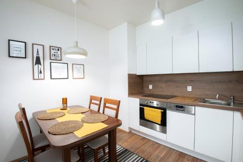 Een keuken of kitchenette bij New apt with parking, garden and rooftop terrace!