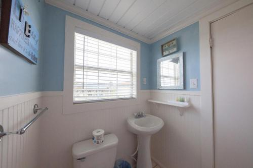 A bathroom at Blue Dolphin Inn and Cottages