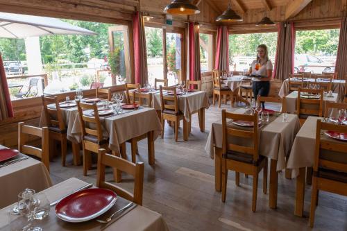 Restaurant ou autre lieu de restauration dans l'établissement La Ferme Du Lac