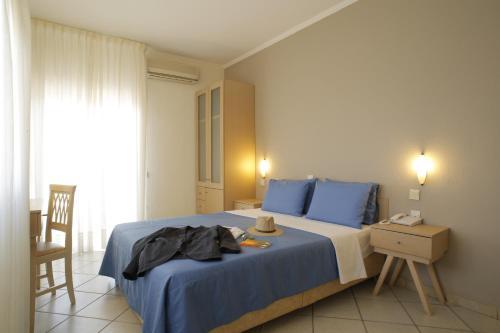 Un ou plusieurs lits dans un hébergement de l'établissement Stratos Hotel