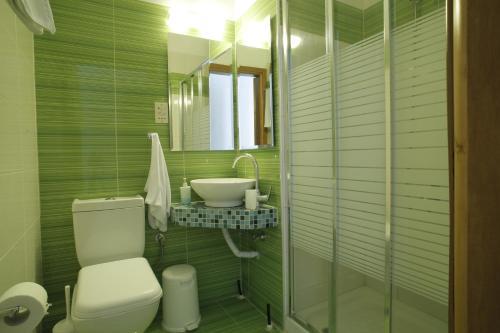 Salle de bains dans l'établissement Stratos Hotel