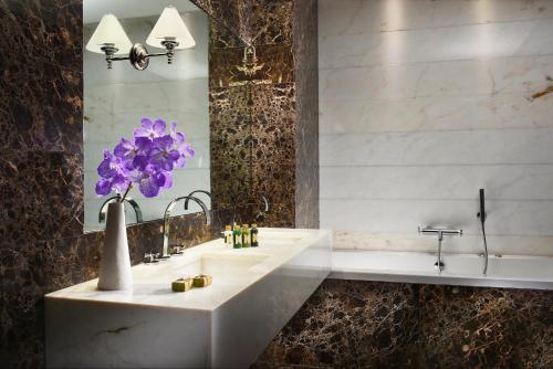 A bathroom at The First Roma Arte