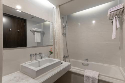 A bathroom at Palace Hotel Saigon