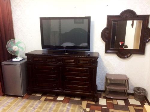Телевизор и/или развлекательный центр в Хостел Гости