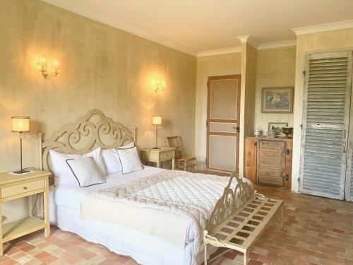 A bed or beds in a room at Les Volets Bleus