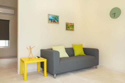 Uma área de estar em Hideout Suites - from Eagle Beach