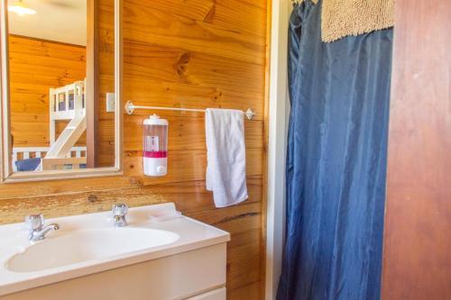 Een badkamer bij JunoHall Backpackers