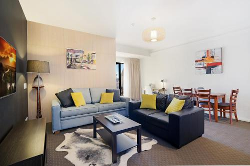 A seating area at Beau Monde Apartments Newcastle - Boulevard Apartments