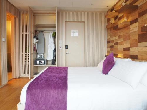 Een bed of bedden in een kamer bij Hotel Madera Hong Kong