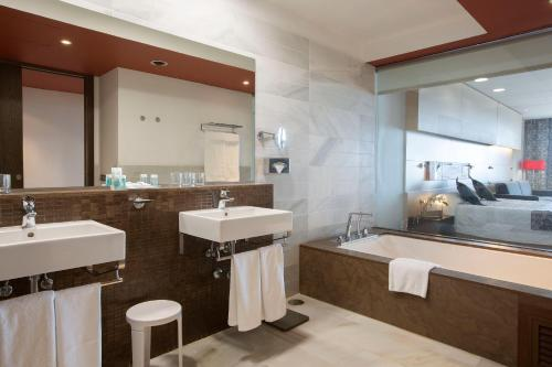 A bathroom at Hipotels Gran Conil & Spa