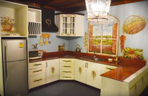 ザ カラード ハウス ジョムティエンにあるキッチンまたは簡易キッチン
