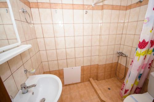 A bathroom at Village Drapanias Apartments