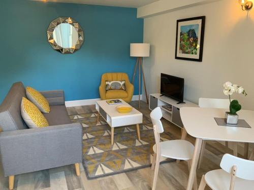 2 large double bedrooms, 1 bthrm plus 1 en-suite shower , Unique Garden Flat with parking