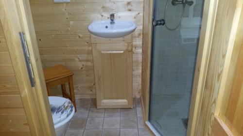 Salle de bains dans l'établissement Camping de la Pelouse