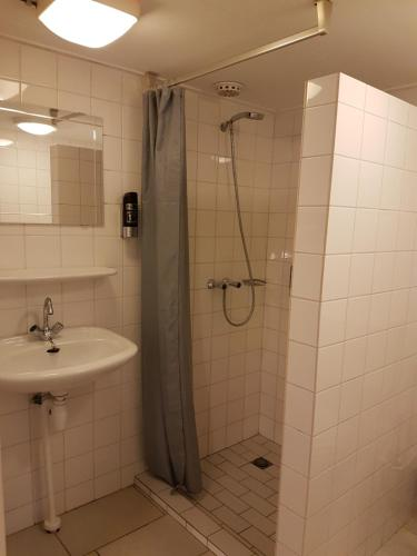 A bathroom at Motel Oostvoorne