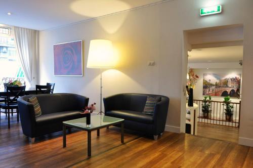Uma área de estar em Hotel Residence Le Coin