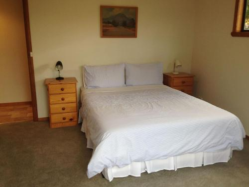 A bed or beds in a room at Bay of Fires Breakaway